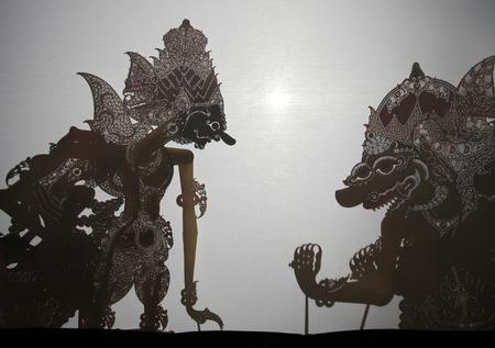 marioneta: Yogyakarta, Indonesia - 13 de agosto de 2012: tradicional indonesio de títeres de sombras wayang teatro kulit realiza en el Teatro Hinggil Sasono en Yogyakarta, Java Central, Indonesia. Editorial