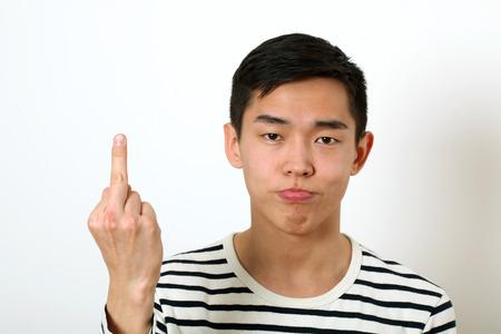 mittelfinger: Ver�rgert jungen asiatischen Mann geben den Mittelfinger Zeichen und auf Kamera. Lizenzfreie Bilder