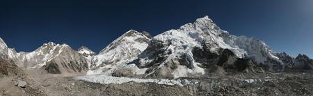 mount everest: Mount Everest (8.848 m) und der Khumbu-Gletscher aus der Everest Base Camp (5364 m) im Khumbu Region, Himalaya, Nepal.