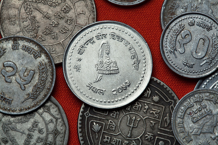 couronne royale: Coins of Nepal. Nepalese royal crown depicted in the Nepalese 50 paisa coin. Banque d'images