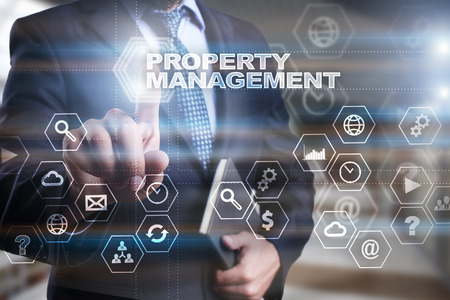 """Hombre de negocios está presionando en la pantalla virtual y seleccionando """"Gestión de la propiedad"""". Foto de archivo"""