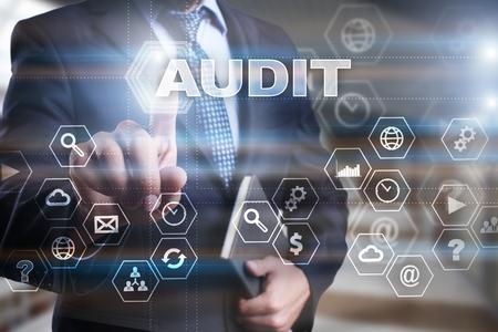 """Uomo d'affari sta premendo sullo schermo virtuale e selezionando """"Audit"""". Archivio Fotografico - 62329145"""