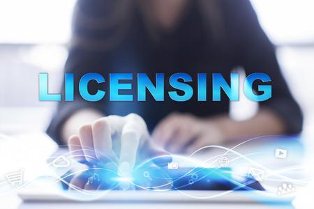 """Vrouw is met behulp van moderne tablet pc, presssing op touch screen en het selecteren van """"Licensing""""."""