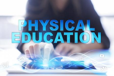 """educacion fisica: La mujer está utilizando el PC moderna tableta, presssing en la pantalla táctil y la selección de """"educación física""""."""