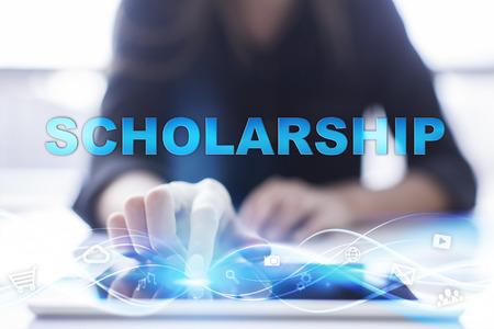 女性はモダンなタブレット pc のタッチ スクリーン presssing を使用し、「奨学金」を選択。