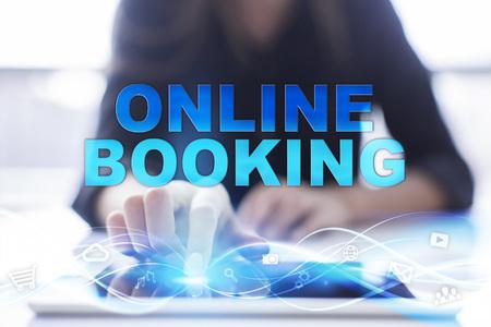 """De vrouw gebruikt moderne tablet-pc, drukt op het aanraakscherm en selecteert """"Online boeking""""."""