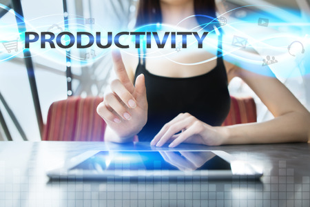 Frau benutzt Tabletten-PC, drückt auf virtuellen Schirm und wählt Produktivität aus