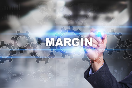 margen: El hombre de negocios está dibujando en la pantalla virtual. concepto margen.