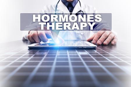 hormonas: Médico que trabaja con la computadora moderna y la selección de la terapia de hormonas. Concepto médico.