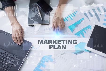 De vrouw werkt met documenten, tabletpc en notitieboekje en selecteert Marketingplan. Stockfoto