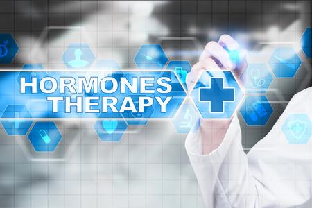 hormonas: Médico dibujo terapia de hormonas en la pantalla virtual.