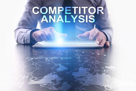 L'uomo d'affari sta usando il pc della compressa e sta selezionando l'analisi della concorrenza.
