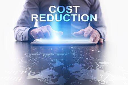 Homme d'affaires utilise tablet pc et en sélectionnant la réduction des coûts. Banque d'images - 72405784
