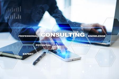 Hombre de negocios está trabajando en la oficina, el botón en la pantalla virtual pulsando y seleccionando consultoría.