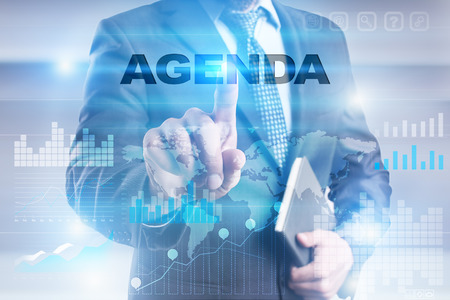 Homme d'affaires en appuyant sur le bouton sur l'interface à écran tactile et en sélectionnant l'agenda. Banque d'images - 72703715