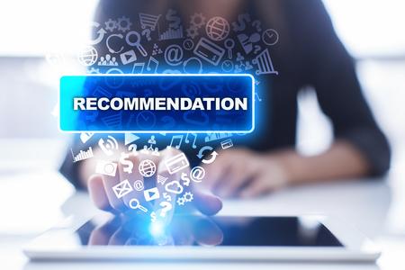 La femme utilise tablet pc, en appuyant sur l'écran virtuel et en sélectionnant la recommandation. Banque d'images