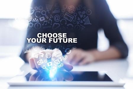Frau benutzt den Tabletten-PC und drückt auf virtuellen Schirm und die Auswahl wählt Ihre Zukunft. Standard-Bild - 73624315
