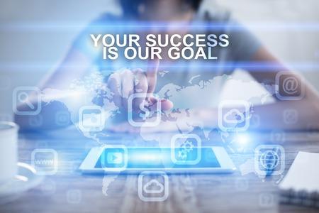 仮想画面でを押すと、あなたの成功を選択する女性は私たちの目標