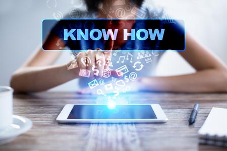 女性を tablet pc を使用して仮想画面でを押すと、選択を知っている方法。 写真素材