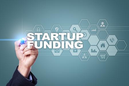 Zakenman tekenen op het virtuele scherm. Opstart financiering concept.