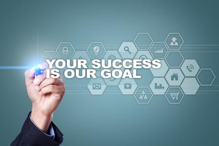 ビジネスマンは、仮想画面上に描画します。あなたの成功は、私たちの目標概念です。