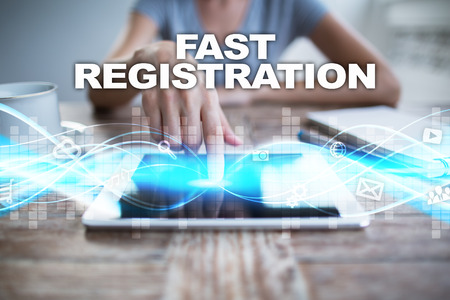 Vrouw die tabletpc met behulp van, die op het virtuele scherm drukt en snelle registratie selecteert.