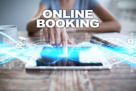 태블릿 pc를 사용 하여, 가상 화면에서 누르고 온라인 예약을 선택하는 여자.
