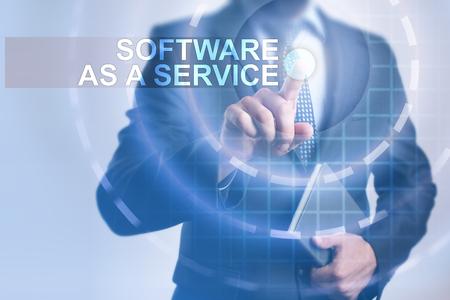 Geschäftsmann, der Software als Service auf virtuellem Schirm vorwählt.
