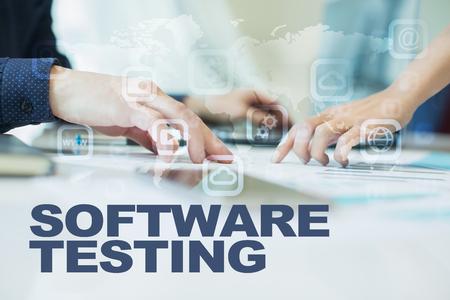 Pruebas de software en pantalla virtual. Concepto de negocio, tecnología e internet. Foto de archivo - 79427496