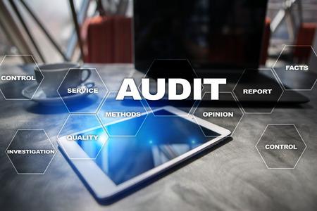 Concetto di business audit. Auditor. Conformità. Tecnologia dello schermo virtuale. Archivio Fotografico - 79467999