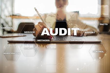 Concetto di business audit. Auditor. Conformità. Tecnologia dello schermo virtuale. Archivio Fotografico - 80194685