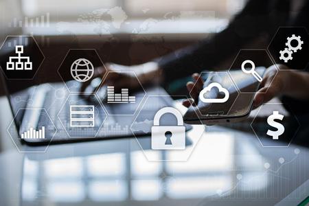 Datenschutz, Cyber-Sicherheit, Informationssicherheit und Verschlüsselung. Internet-Technologie und Business-Konzept. Virtueller Bildschirm mit Vorhängeschloss-Icons. Standard-Bild - 80955500