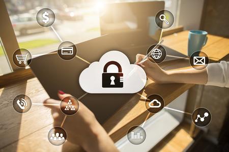 Cyber ??sécurité, protection des données, sécurité de l'information et cryptage. La technologie Internet et le concept d'entreprise. Écran virtuel avec des icônes de cadenas. Banque d'images - 81376934