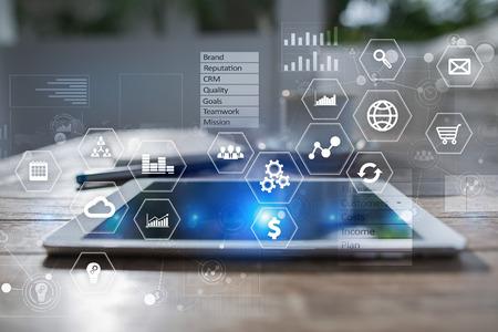 Geschäfts- und Technologiekonzept. Grafiken und Symbole auf dem virtuellen Bildschirmhintergrund. Standard-Bild - 82487443