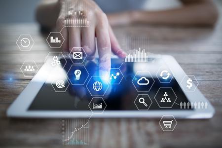 비즈니스 및 기술 개념입니다. 그래프와 가상 스크린 배경의 아이콘.