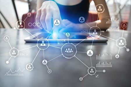 Sieć osób. Struktura organizacyjna. HR. Media społecznościowe. Koncepcja Internetu i technologii. Zdjęcie Seryjne
