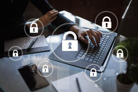 Cyber-Sicherheit, Datenschutz, Informationssicherheit und Verschlüsselung. Internet-Technologie und Business-Konzept. Virtueller Bildschirm mit Vorhängeschloss-Icons. Standard-Bild