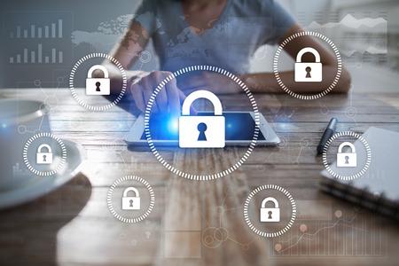 Cyber ??sécurité, protection des données, sécurité de l'information et cryptage. technologie internet et concept d'entreprise. Écran virtuel avec des icônes de cadenas. Banque d'images - 89530290
