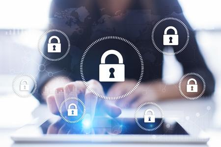 Cyber ??sécurité, protection des données, sécurité de l'information et cryptage. technologie internet et concept d'entreprise. Écran virtuel avec des icônes de cadenas. Banque d'images - 89530142