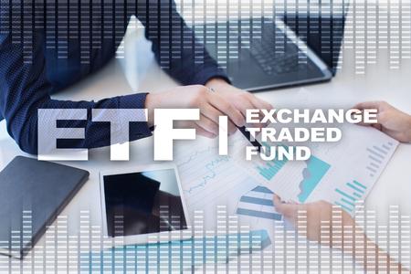 ETF. Scambio di fondi scambiati. Concetto di business, internet e tecnologia Archivio Fotografico - 89529637