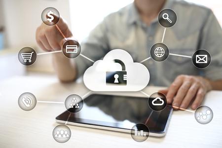 Cyber ??sécurité, protection des données, sécurité de l'information et cryptage. technologie internet et concept d'entreprise. Écran virtuel avec des icônes de cadenas.
