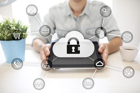 Cybersicherheit, Datenschutz, Informationssicherheit und Verschlüsselung. Internet-Technologie und Business-Konzept. Virtueller Bildschirm mit Vorhängeschloss-Symbolen.