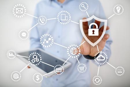 サイバー セキュリティ、データ保護、情報の安全性と暗号化は。インターネット技術とビジネス コンセプトです。 錠のアイコン付きの仮想画面。