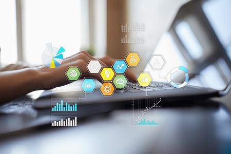 Iconos de aplicaciones de colores y gráficos en pantalla virtual. Concepto de negocio, internet y tecnología.