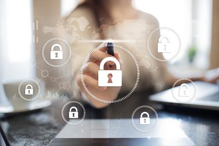 Cybersicherheit, Datenschutz, Informationssicherheit und Verschlüsselung. Internet-Technologie und Geschäftskonzept. Virtueller Bildschirm mit Vorhängeschlosssymbolen.