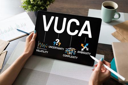 Concepto de mundo VUCA en pantalla. Volatilidad, incertidumbre, complejidad, ambigüedad.