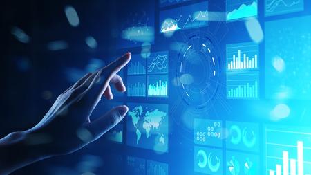 Business-Intelligence-Dashboard mit virtuellem Bildschirm, Analytik und Big-Data-Technologiekonzept.