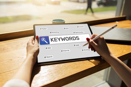 Parole chiave. SEO, ottimizzazione dei motori di ricerca e concetto di marketing su Internet sullo schermo. Archivio Fotografico