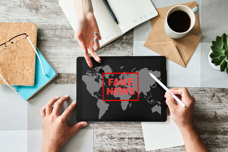 Fake news sign on screen. Propaganda and disinformation. Media and internet concept. Stockfoto