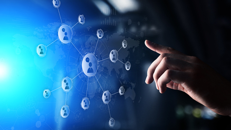 Red de relaciones con personas en pantalla virtual. Comunicación con el cliente y concepto de redes sociales.